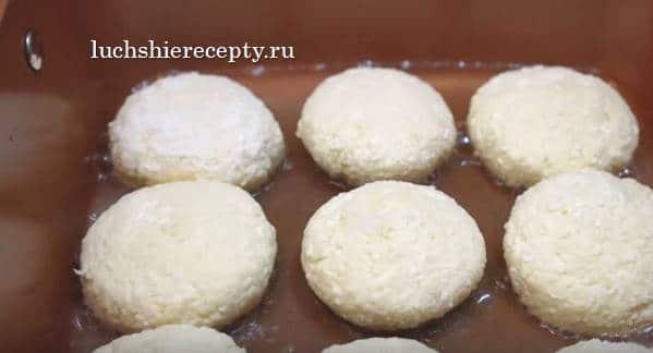 как в сковородке разогреется масло, выкладываем туда сырники