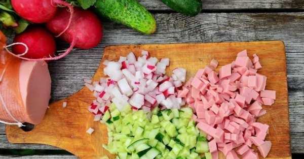 нарезаем колбасу огурец и редис на кубики