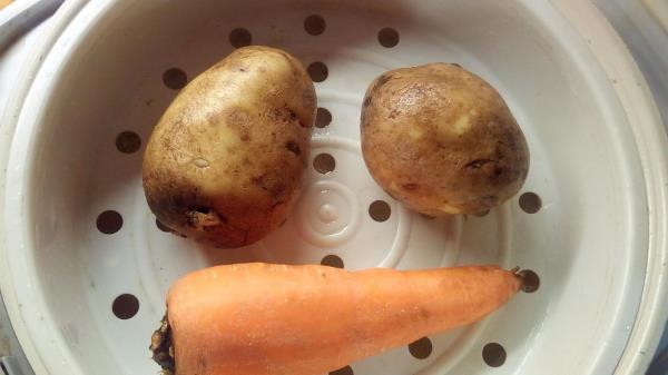 отвариваем картофель и морковь