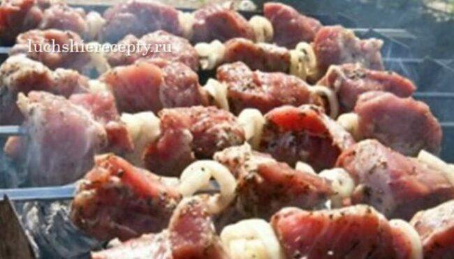 перемешиваем мясо шашлыка