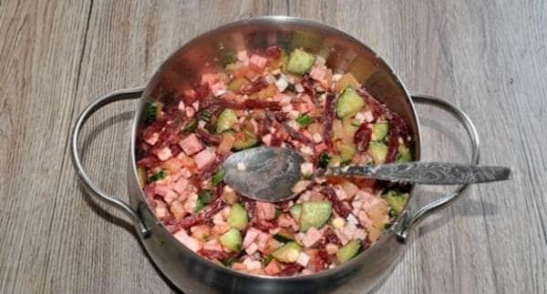 свекольный маринад и нарезанную колбасу отправляем в кастрюлю