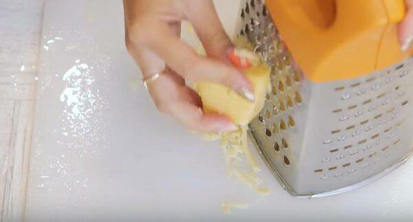 сыр измельчаем с помощью тёрки