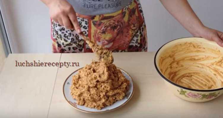 формируем тортик муравейник на блюде