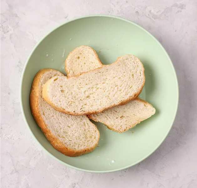 хлеб заливаем молоком на пару минут