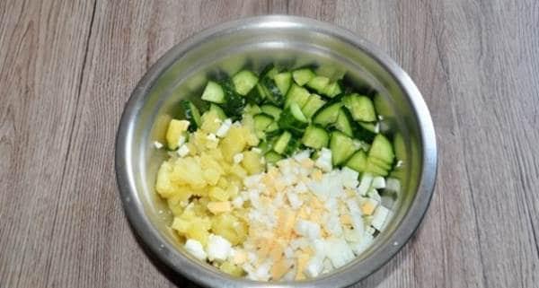 яйца, картошку и огурцы измельчаем кубиком