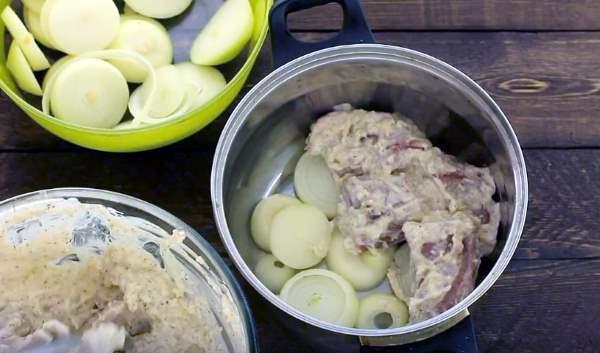 выкладываем на дно слой лука, а затем слой мяса