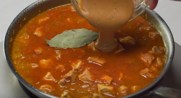 в сковороду с мясом выкладываем готовый соус из муки и томатную пасту