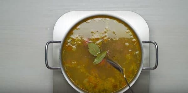добавляем в суп перец, соль, лавровый листик
