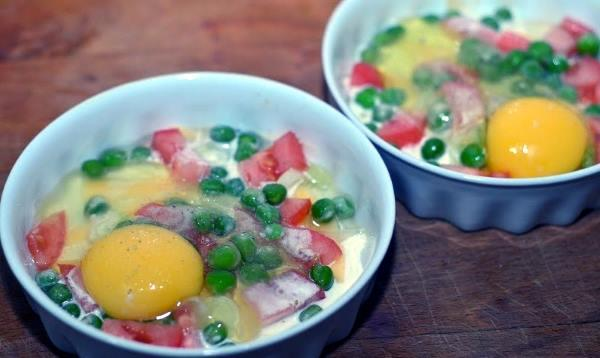 добовляем яйцо солим и перчим