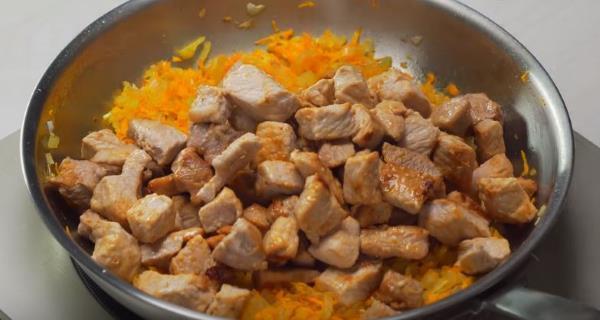 к овощам надо добавить наши обжаренные кусочки мяса