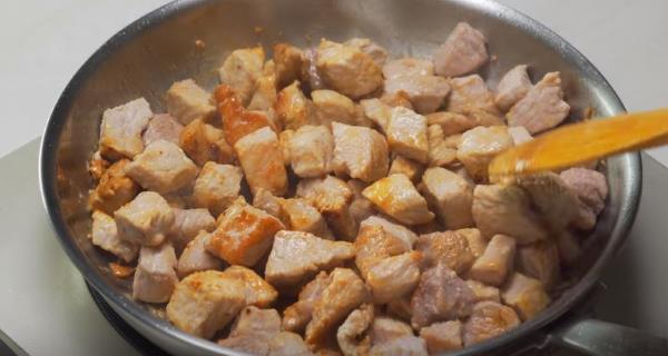 мясо обжариваем на сковородке до золотистой корочки