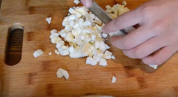 нарезаем яйца на кубики
