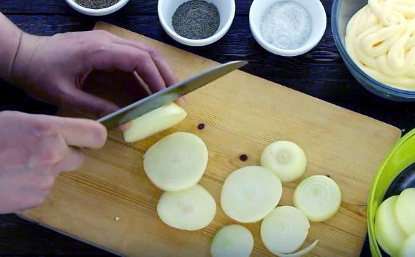 очищаем лук и нарезаем колечками шириной примерно 1 см