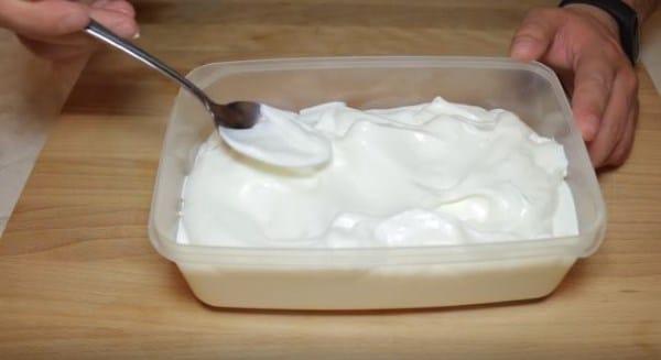 переливам массу в тару, где будет замораживаться мороженое