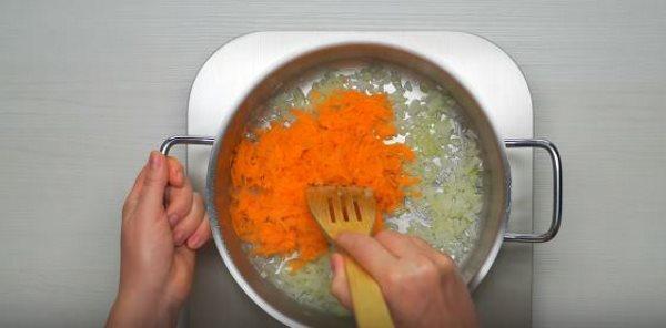 прибавляем в кастрюльку морковь, натёртую на средней тёрке, и поджариваем ещё три минуты