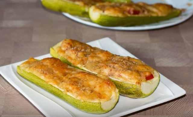 рецепт запеченных кабачков с сыром и помидорами лодочкой