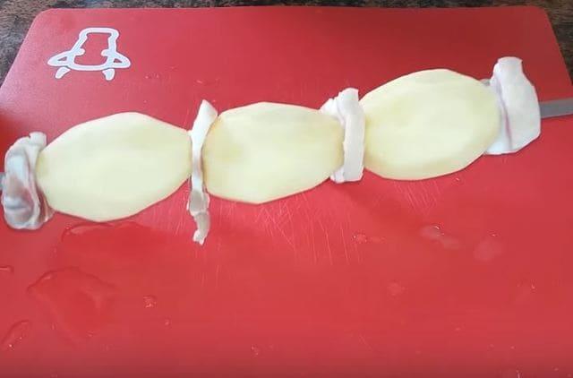 нанизываем на шампур кусочек сала и картошечку