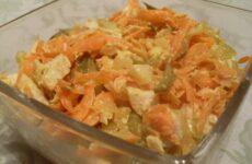 Салат Обжорка с курицей и маринованными огурцами - рецепт с фото