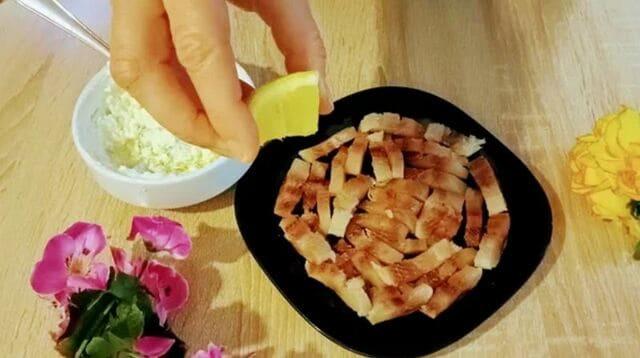 филе селедки сбрызгиваем соком лимона
