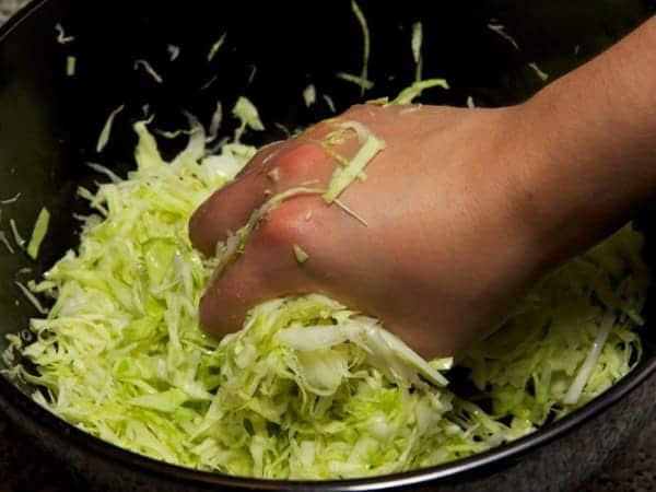 мелко нашинкуйте капусту