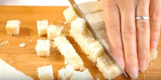 нарезаем хлеб на кубики