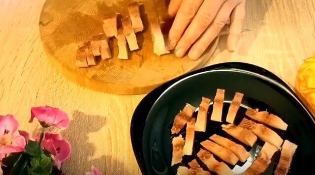 селёдки филе режем не большими кусочками