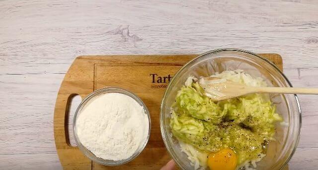 добавляем муку яйцо соль и перчим