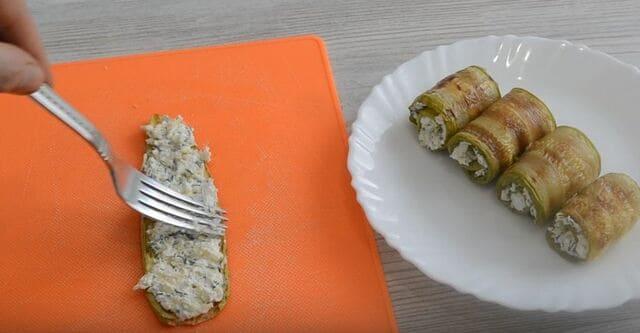 на кабачки выкладываем подготовленную начинку