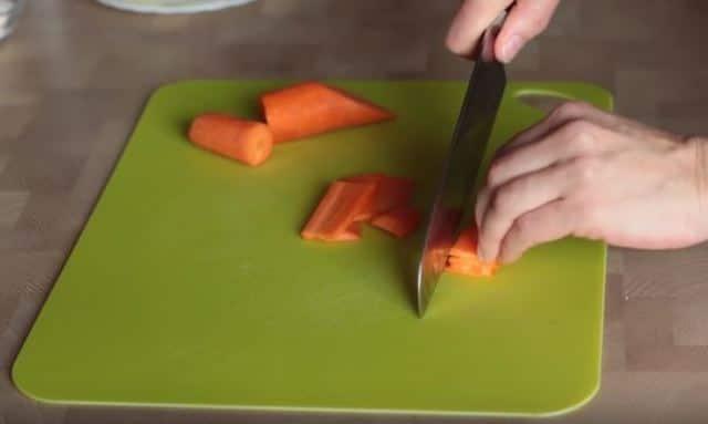 режем морковь соломкой