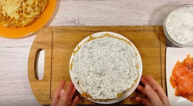 смазываем и укладываем начинку в торт