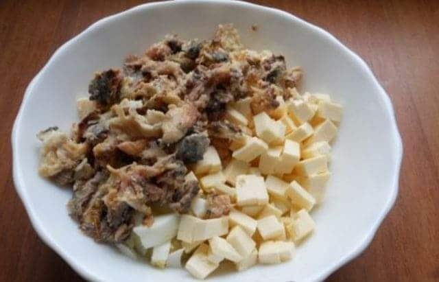 добавляем мелко нарезанный сыр и сардины