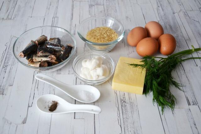Салат с крутыми яйцами и рыбными консервами в масле - рецепт пошаговый с фото