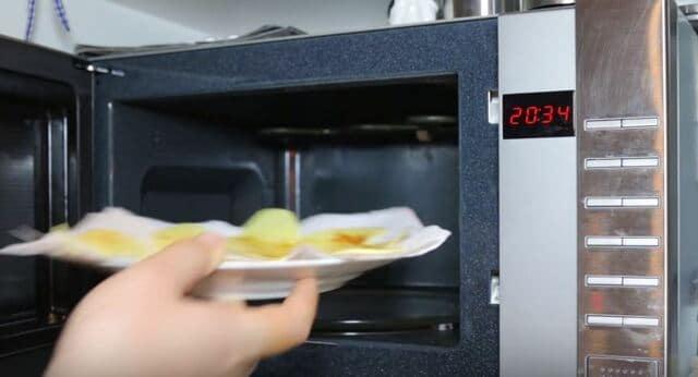отправляем картофельные ломтики в микроволновку