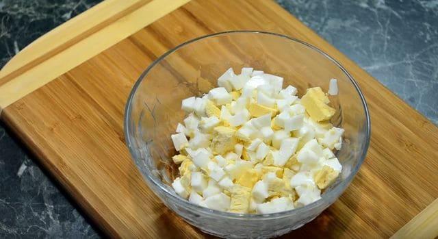 отвариваем яйца и также нарезаем кубиками
