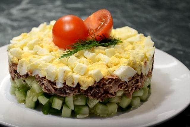 украшаем салат зеленью или помидорами