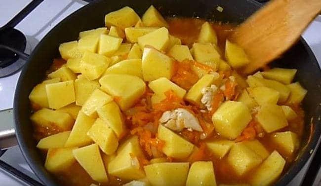 добавляем нарезанную картошку