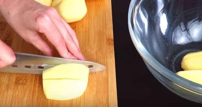картофель нарезаем дольками