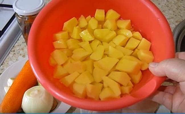 картошку чистим и нарезаем кубиком
