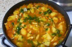 Тушёная картошка с курицей на сковороде