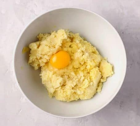 в картофельное пюре добавляем одно яичко перец соль