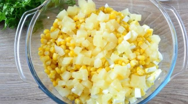 ананасы режем маленькими кусочками