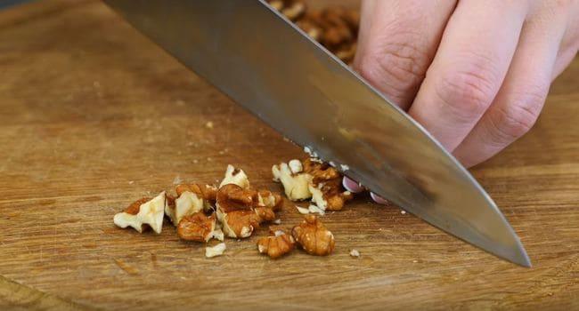 добавляем мелко рубленый орех