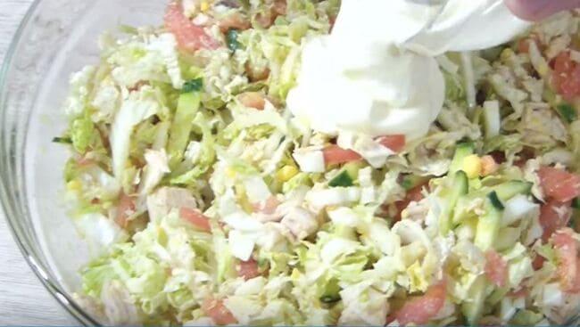 добавляем в салат майонез и перемешиваем