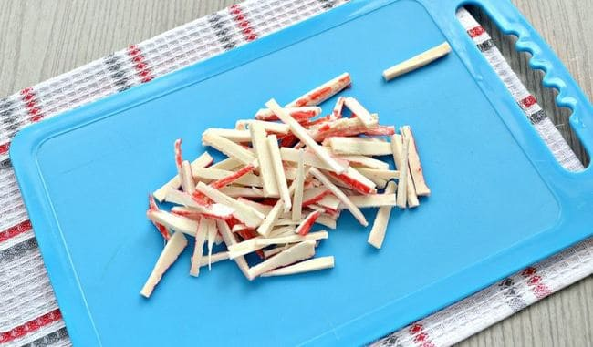 крабовые палочки нарезаем тоненькой соломкой