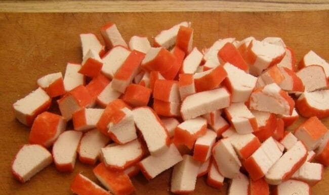 крабовые режем кубиком