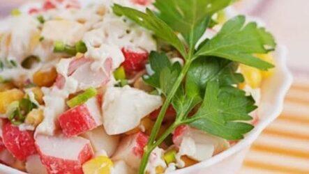 Крабовый салат с курицей и кукурузой - очень сытный и вкусный