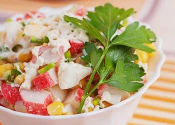 крабовый салат с курицей и кукурузой
