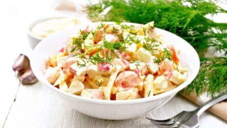 Крабовый салат с помидорами и сыром - рецепт с фото