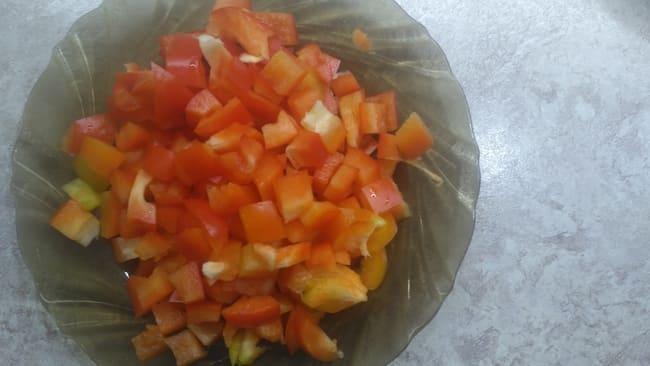 красный болгарский перец чистим и нарезаем на кубики