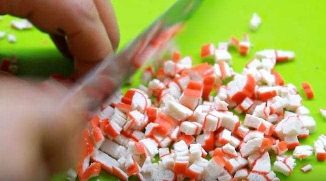 нарезаем небольшими кубиками крабовые палочки